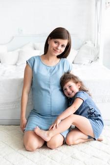 Мать и дочь смотрят в камеру