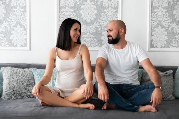 彼らの赤ちゃんを期待してロングショット幸せなカップル