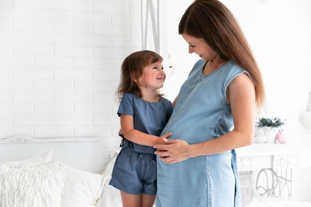 Средний выстрел, мать и дочь обнимаются