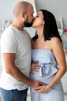 妊娠中の女性が彼女の夫にキス