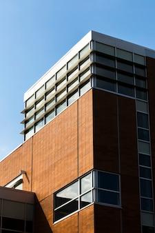 Современное здание с множеством окон