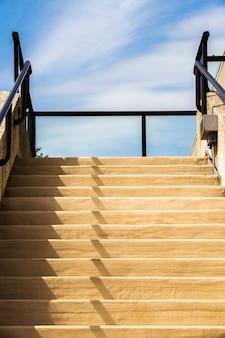 青い空とモダンな階段
