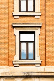 クローズアップ対称のレンガ造りの建物