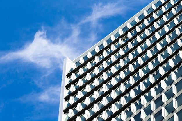 低角度のモダンな建物の設計