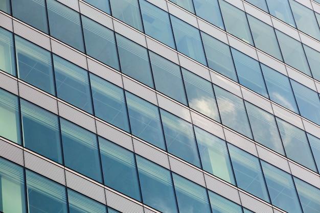 Высокое угловое современное здание с множеством окон