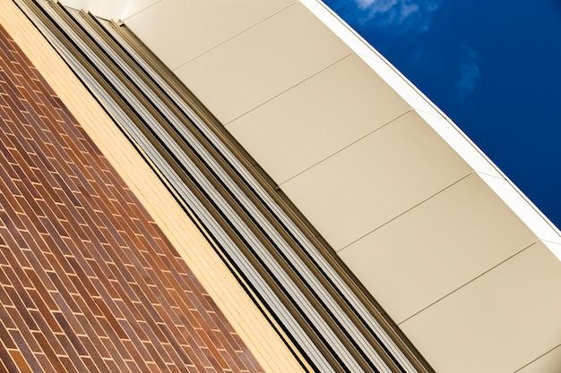 ローアングルの芸術的な建築デザイン
