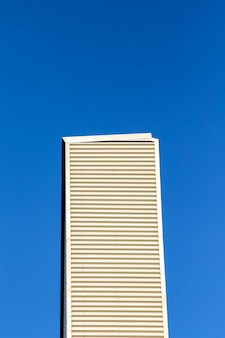 青い空と高層ビル