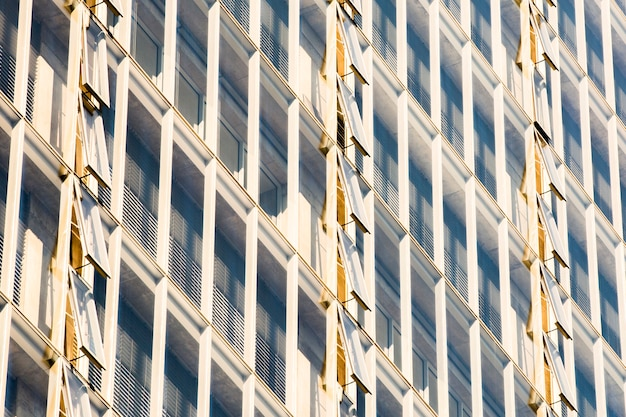 開いた窓とサイドビューの建物