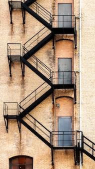 消防はしごの古い建物