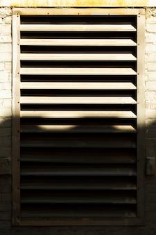 Крупным планом старого вентиляционного отверстия