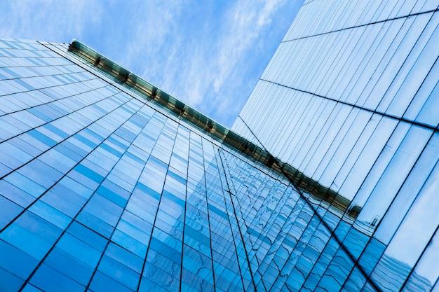 低角度のモダンなガラスの高層ビル