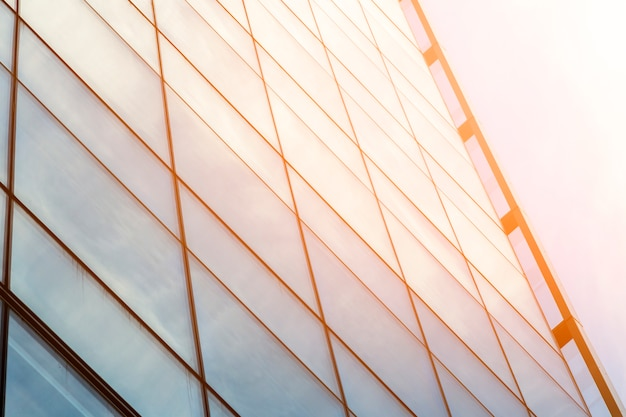 日光と低角度のガラスの建物