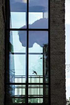 大きな窓のあるモダンなレンガ造りの建物