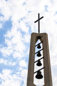 上の十字架を持つ低角度の宗教的な記念碑