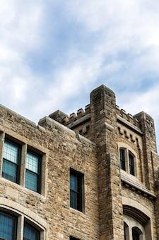 ローアングルの古い石造りの城