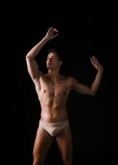 Танцор без рубашки смотрит вверх