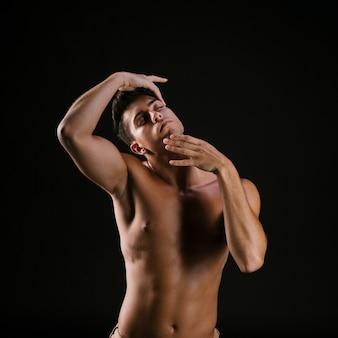 目を閉じて顔を保持している裸の男