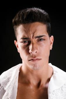 苦しんでいる動揺の男性モデル