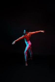 タイツでポーズをとって才能のあるバレエダンサー