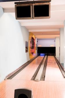 木製の床とボーリング場の車線