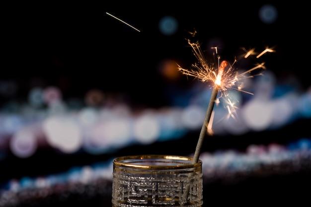 ボケライトと暗い背景にクリスマス線香花火