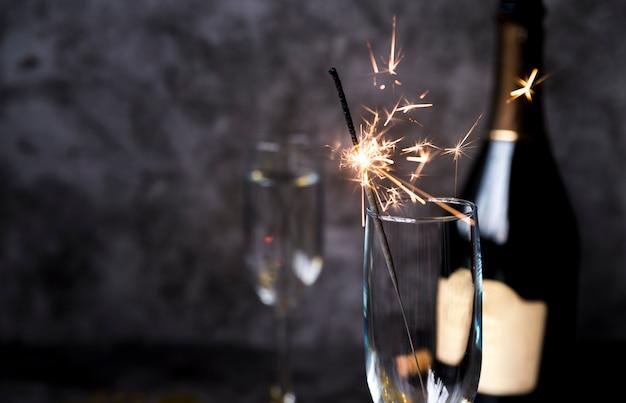透明なワイングラスで燃える線香花火