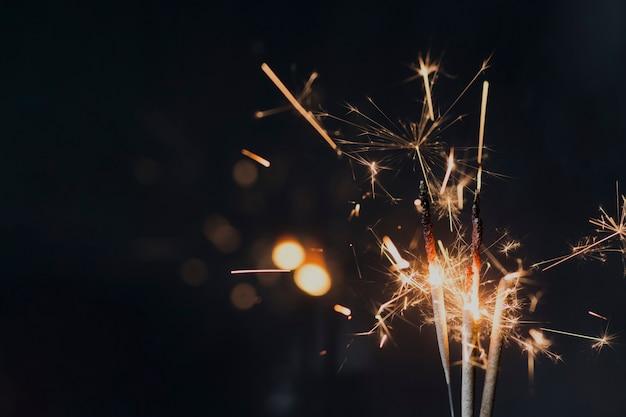 夜に暗い背景に線香花火を燃焼