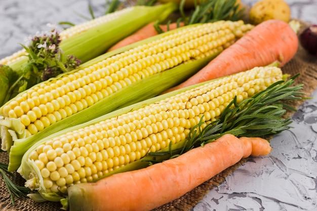 トウモロコシとニンジンの収穫のクローズアップ