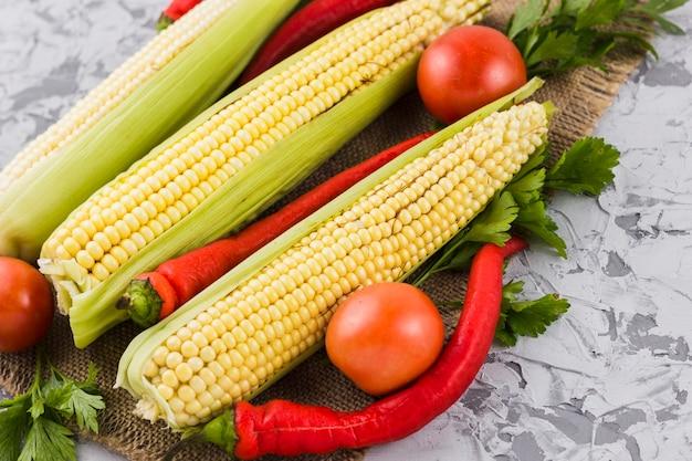 トウモロコシと野菜のクローズアップ