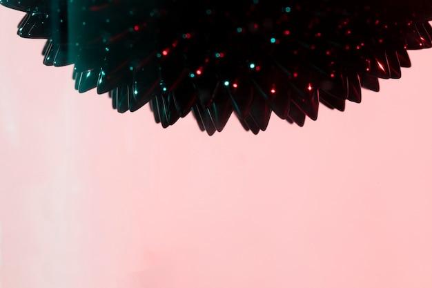 紫色の背景とコピースペースを持つ強磁性液体金属