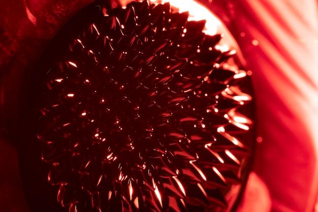 強磁性金属の赤い丸い形