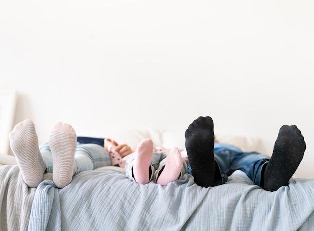 色の靴下と足の裏のクローズアップ