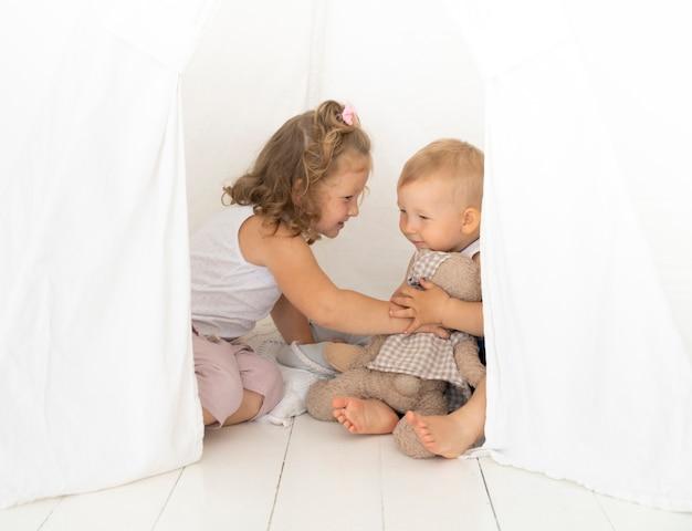 テントの中で遊ぶ子供たち