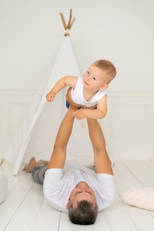 彼の男の子と遊ぶフルショットの父