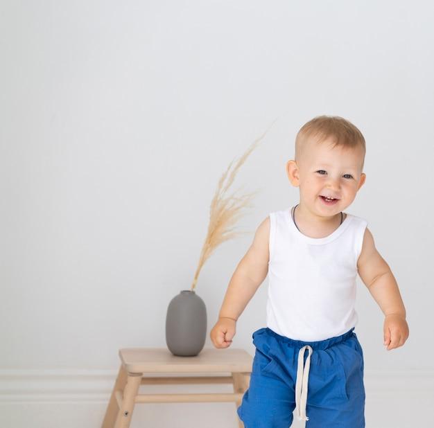 ミディアムショット男の赤ちゃんの笑顔