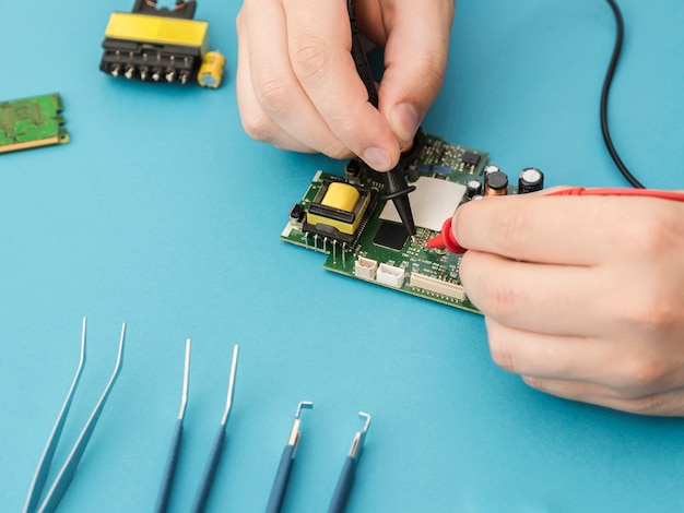 マルチメーターを使用した回路の診断