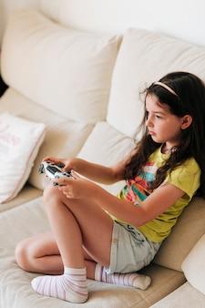 Боковой вид девушка держит контроллер