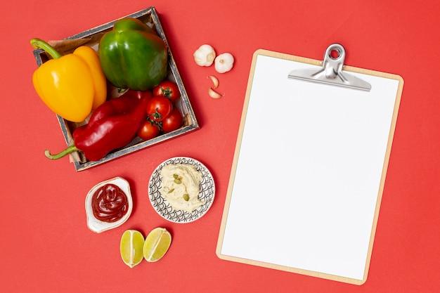 クリップボードの横にある新鮮な有機食材