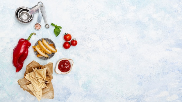 チップスとカラフルな野菜の皿の上の肉