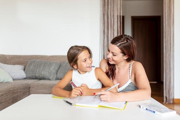 娘と母が一緒に宿題をして