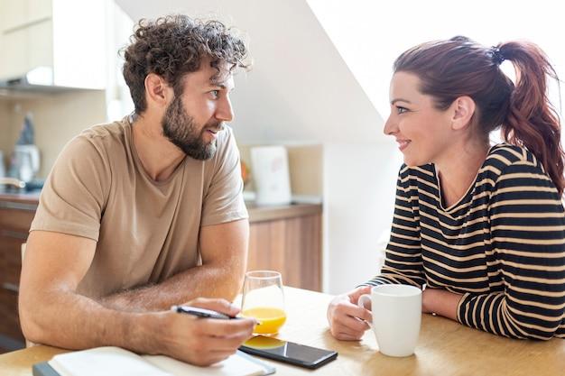 Прекрасная пара разговаривает на кухне