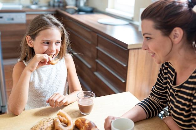台所で母と娘のハイアングル