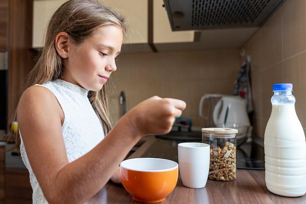 Средний снимок девушки едят каши