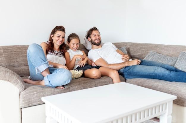 一緒に映画を見ているかわいい家族