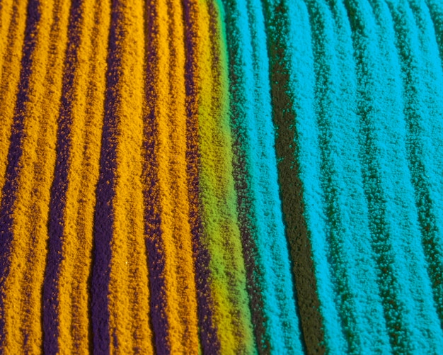 対照的な青と黄色の砂の線