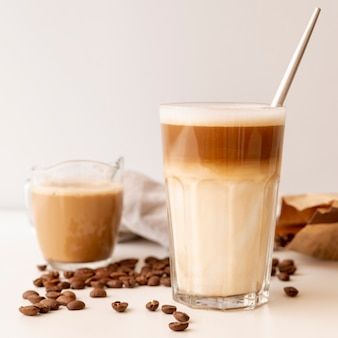 コーヒーとミルクのクローズアップグラス