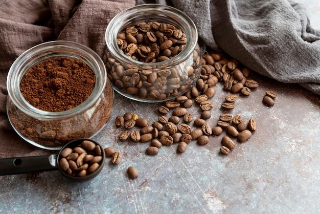 Кофе в зернах на фоне мрамора
