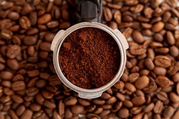 クローズアップのコーヒーパウダーと豆