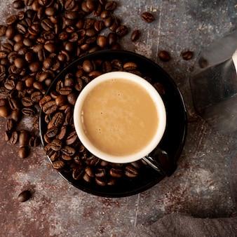 ロースト豆とコーヒーのトップビューカップ