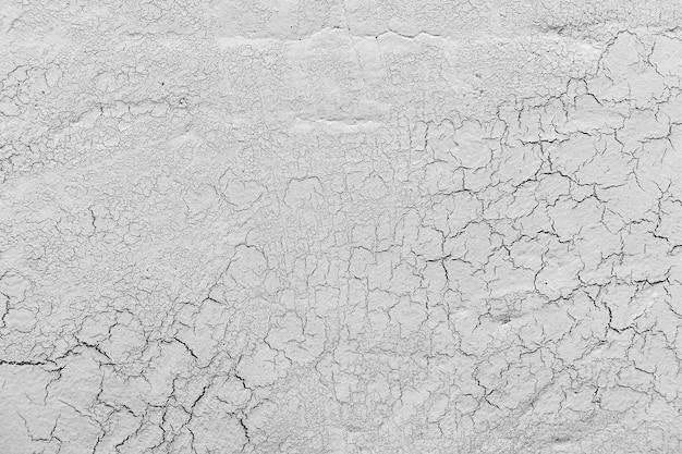 亀裂の背景を持つ灰色の石灰石膏